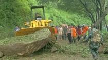 Longsor Batu Sempat Tutup Jalan Nasional Trenggalek-Ponorogo