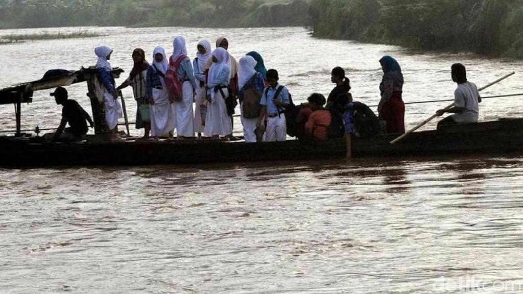 Pelajar di Brebes Ini Tiap Hari Seberangi Sungai Pakai Rakit