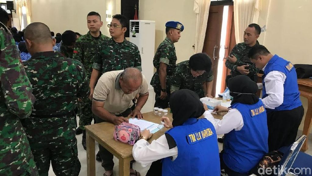 BNN Tes Urine Prajurit TNI AD dan Polisi Militer