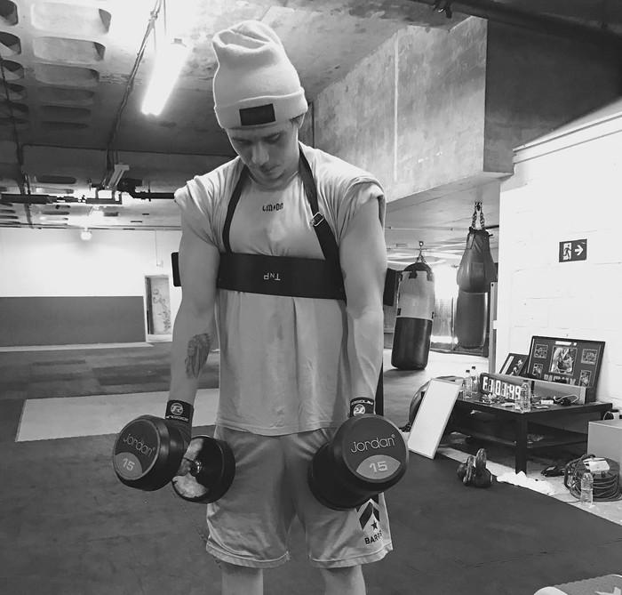 Brooklyn Beckham tak hanya dikenal mewarisi pesona kedua orang tuanya. Ia ternyata juga rajin berolahraga, terutama melatih ototnya di gym. Foto: Instagram/brooklynbeckham