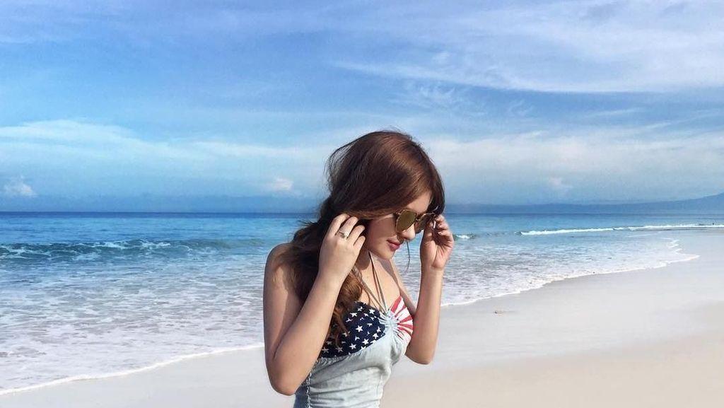 Pose Selebgram Yogya Mirip Barbie Saat di Pantai