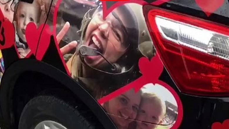 Tepok Jidat! Wanita Ini Tempel Mobil Suami dengan Foto Keluarga