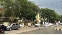 Bahaya! Tiang Listrik Ini Ada di Tengah Jalan Cirebon