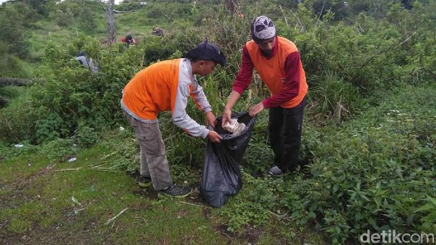 Sampah ditemykan di jalur pendakian