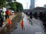Genangan Sebelum Perempatan Kuningan karena Pipa PAM Bocor