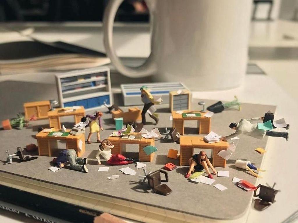 Pegawai Bosan Kerja Bikin Miniatur Keren di Meja Kantor