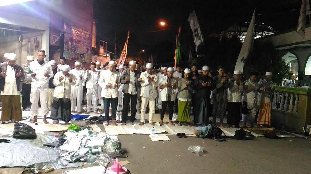 Massa PA 212 Salat Subuh Berjamaah di Masjid Baitul Amal