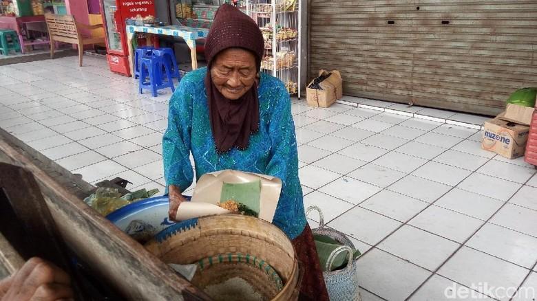 Mbah Jiyem, 50 Tahun Berjualan Nasi Jagung di Salatiga