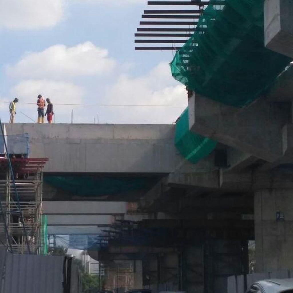 Meski Diminta Disetop, Pekerja LRT Jakarta Masih Beraktivitas