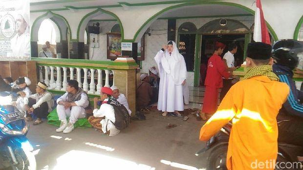 Sebagian massa penjemput Rizieq yang masih berada di Masjid Baitul Amal.