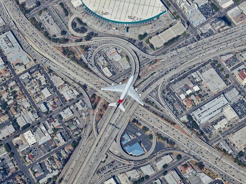 Foto Aerial Kece Diambil dengan Bergelantung di Helikopter