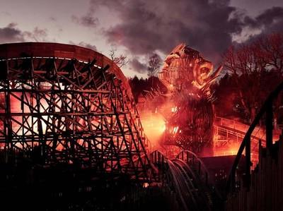 Foto: Dahsyat! Roller Coaster Pakai Efek Terbakar