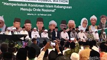 Duduk Lesehan, Jokowi Hadiri Zikir Kebangsaan di Asrama Haji