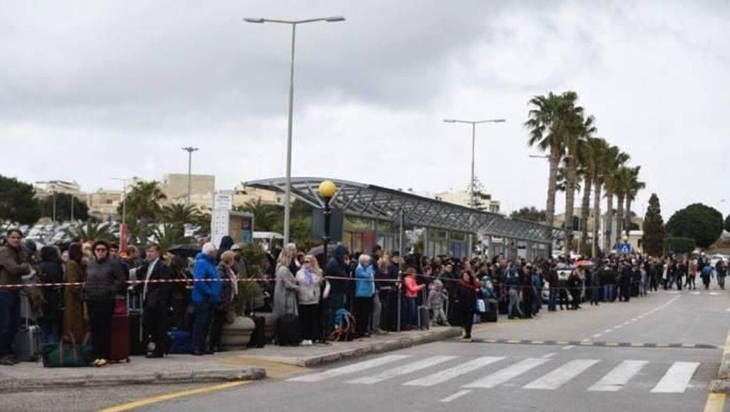 Penampakan Ratusan Orang Telantar di Bandara Malta yang Terbakar