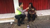 Polisi di Pandeglang Suapi Makan Orang Gila