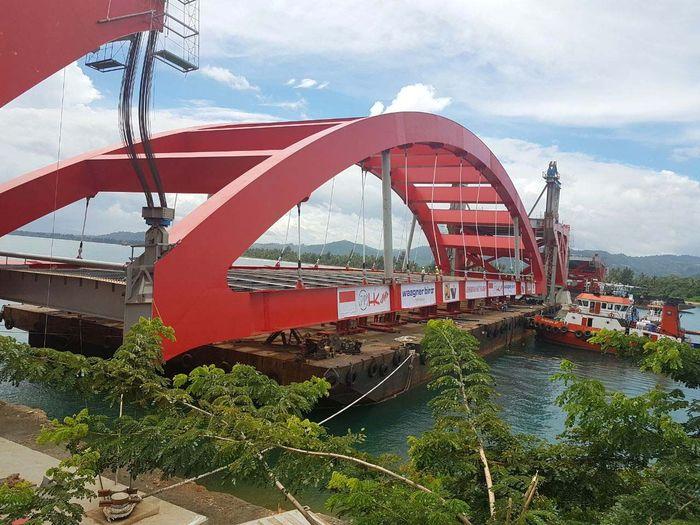 Pemasangan rangka Jembatan Holtekamp di Papua berlangsung pada Rabu (21/2/2018) pagi tadi di Papua. Pemasangan rangka ini dilakukan sehari setelah adanya instruksi pemberhentian sementara seluruh proyek-proyek layang dan pekerjaan berat yang sedang berlangsung. Pool/Ditjen Bina Marga.