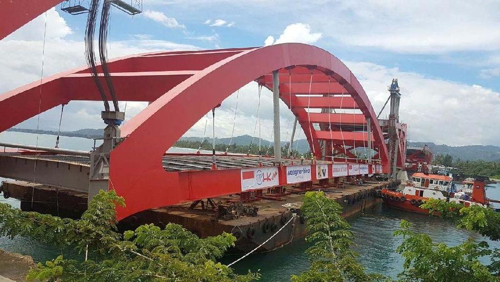 Tak Disetop, Rangka Jembatan Kebanggaan Jokowi Mulai Dipasang