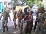 Perjuangan Petugas Bujuk Orgil di Pasuruan agar Mau Diamankan