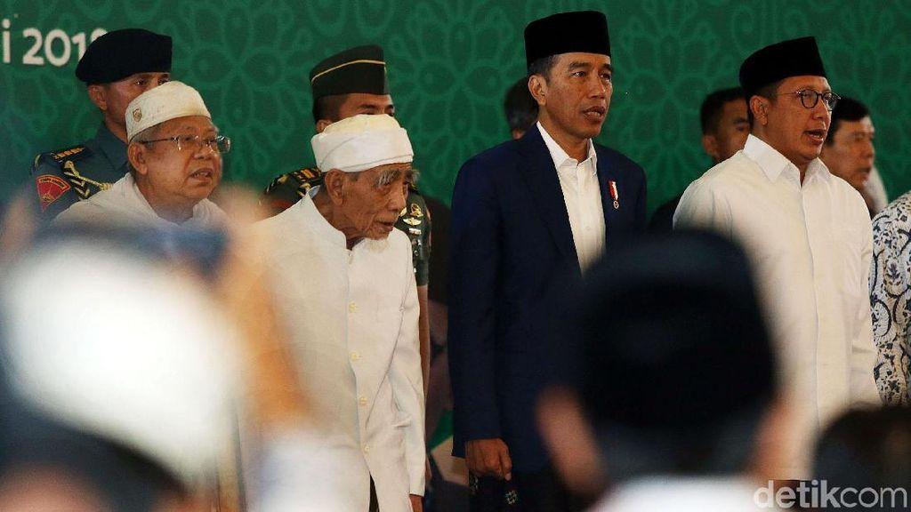 Kenakan Jas dan Sarung, Jokowi Buka Dzikir Kebangsaan
