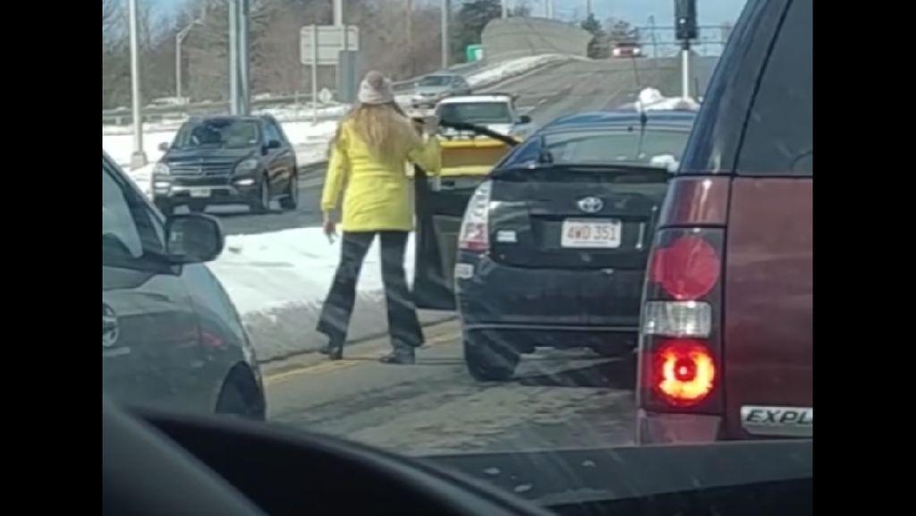 Foto: Viral Insiden Pria Dorong Wanita ke Salju di New Hampshire