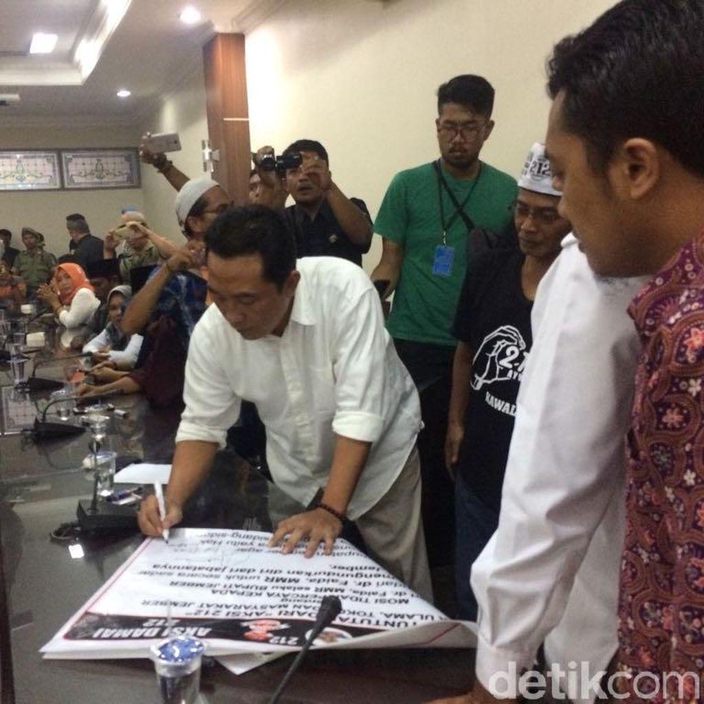 Dua Fraksi DPRD Jember Tandatangani Tuntutan Massa Aksi Damai 212