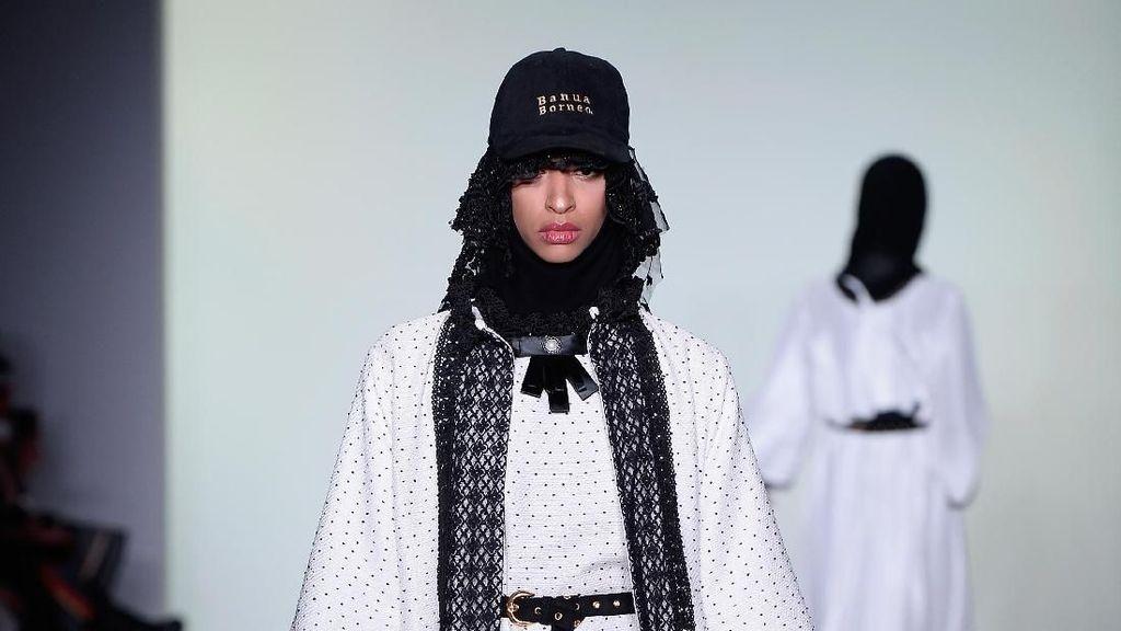 Foto: 25 Koleksi Busana Muslim Vivi Zubedi di New York Fashion Week 2018