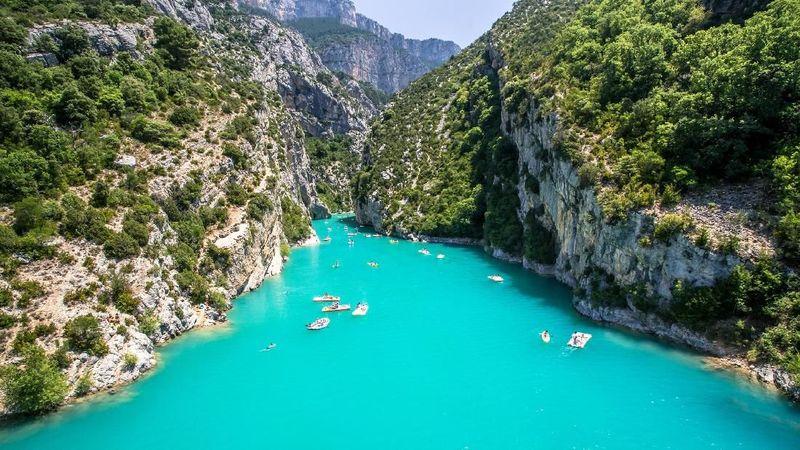 Sungai Gorges du Verdon membentang di Provinsi Alpes de Haute, tenggara Prancis. Panjangnya 25 kilometer, sungai ini dikenal sebagai sungai dengan ngarai terbaik dan cantik di dunia. (Thinkstock)