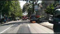 Mobil Sales Minuman Ringan di Kediri Terbakar