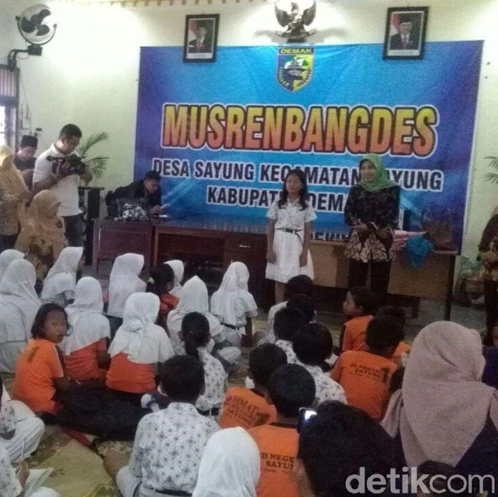 Beralas Tikar, Sudah 2 Pekan Siswa SD Ini Belajar di Balai Desa