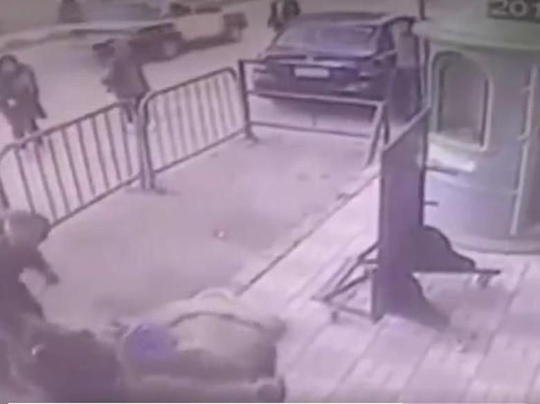Heroik! Saat Polisi Sigap Tangkap Bocah yang Jatuh dari Lantai 3