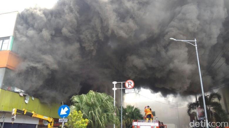 Lebih dari 3 Jam, Kebakaran di Matahari Mall Kudus Belum Padam