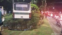 Hilang Kendali, Kopaja Terobos Taman Latuharhary Menteng