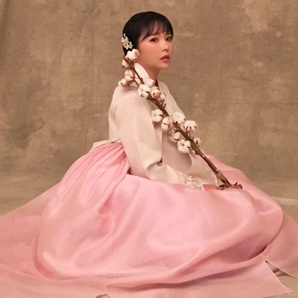 Netizen Dihebohkan dengan Wajah Penyanyi Hong Jinyoung Sebelum Oplas