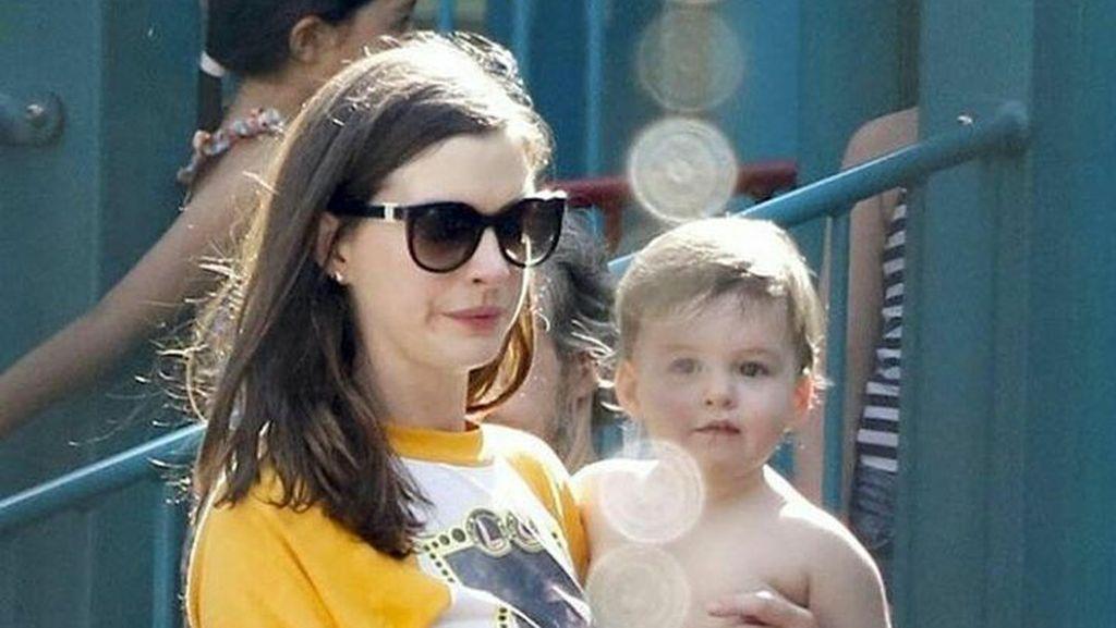 Potret Menggemaskan Putra Semata Wayang Anne Hathaway