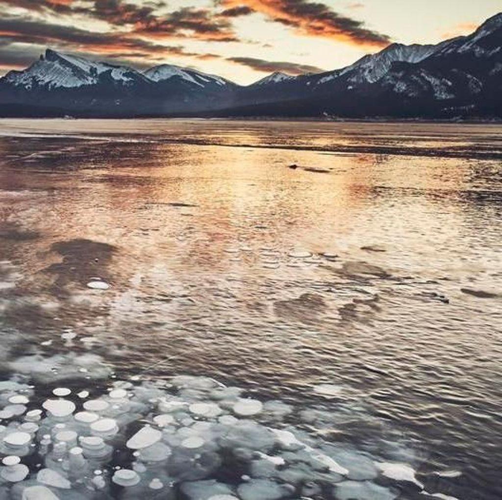 Foto: Danau Membeku yang Cantik Namun Berbahaya