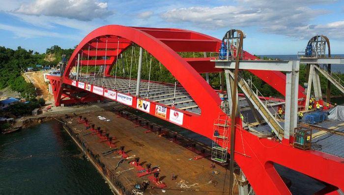 Pemasangan rangka baja jembatan Holtekamp akhirnya dilakukan setelah melalui proses evaluasi dan uji kelaikan dari Komisi Keselamatan Konstruksi dan Komisi Keamanan Jembatan Panjang dan Terowongan Jalan (KKJTJ). Pool/PT PP.