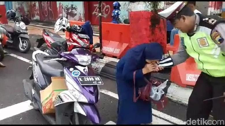 Viral, Video Emak Gigit Tangan Polisi di Kudus