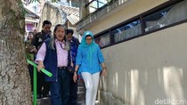 Gesitnya Nurul Arifin Naik Turun Tangga Blusukan di Dago