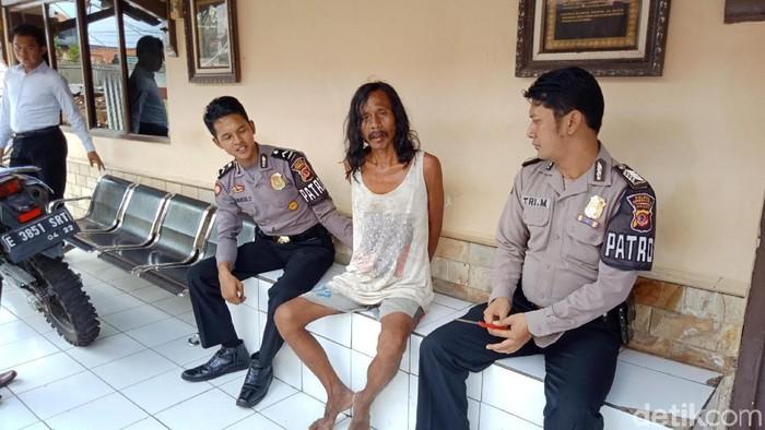 Polisi mengamankan pengidap gangguan jiwa (Foto: Sudirman Wamad)
