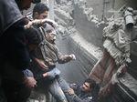 Momen Dramatis Evakuasi Korban Perang Suriah