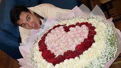 Dicari! Pengirim Bunga Raksasa Bentuk Love untuk Baim Wong
