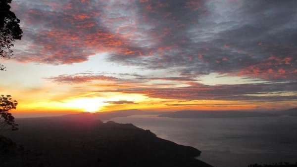 Indahnya Sunrise dari Gunung Sipiso-piso
