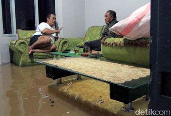 Ketika Warga Asyik Ngobrol di Ruang Tamu yang Kebanjiran