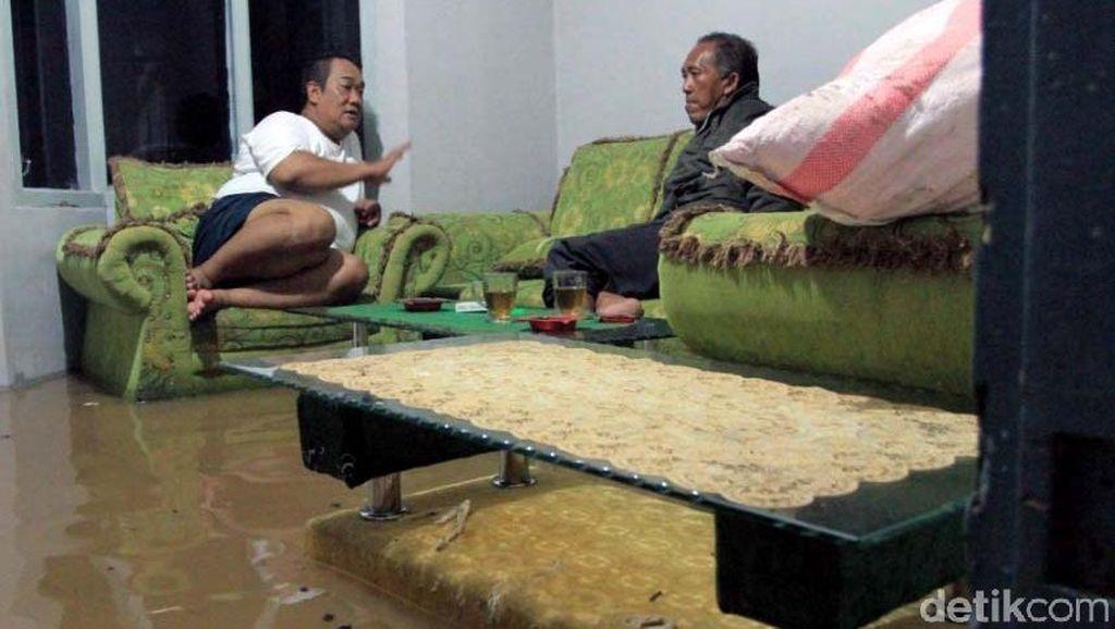 Foto: Ketika Warga Asyik Ngobrol di Ruang Tamu yang Kebanjiran