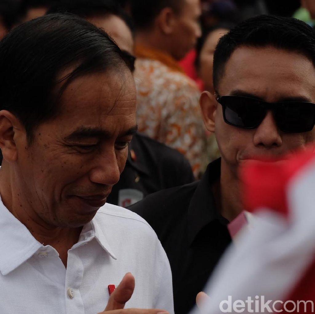 Kunker ke Bali, Jokowi Bagi-bagi Sembako di Badung