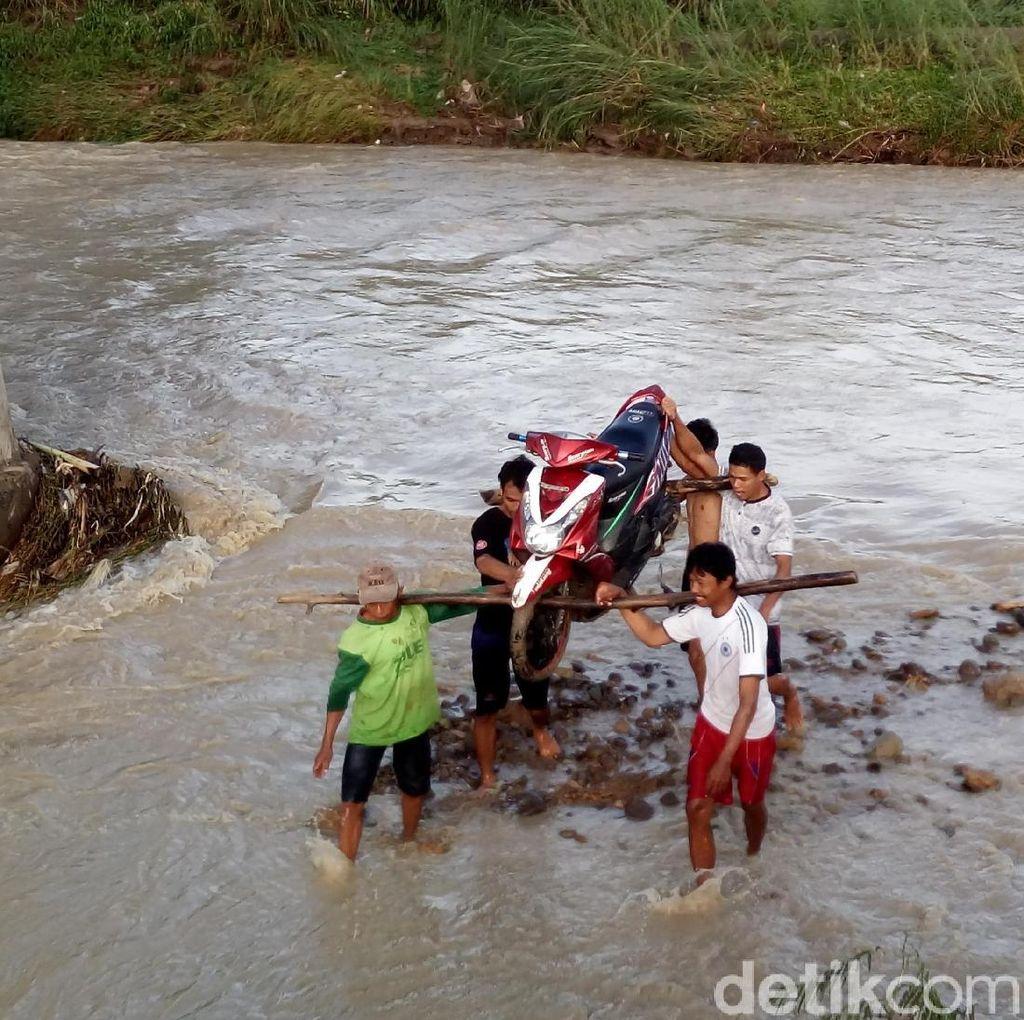 Jembatan Rusak, Warga di Semarang Angkat Motor Seberangi Sungai
