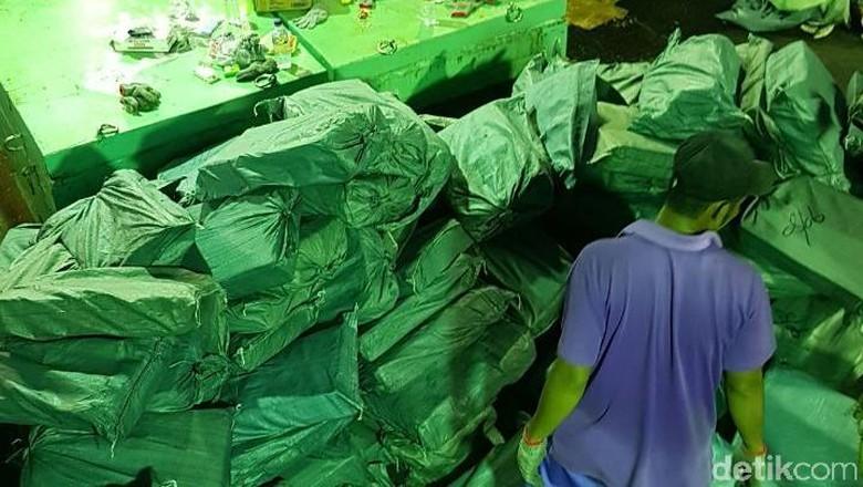 Petugas Masih Periksa Freezer Kapal Diduga Bawa Sabu Jumlah Besar