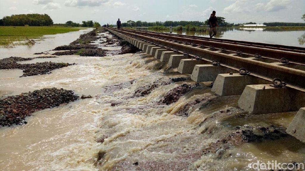 Sungai Cisanggarung Meluap, Perjalanan Kereta Api Terganggu