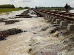 Video Saat Banjir Cirebon-Brebes Hantam Tol dan Jalur KA