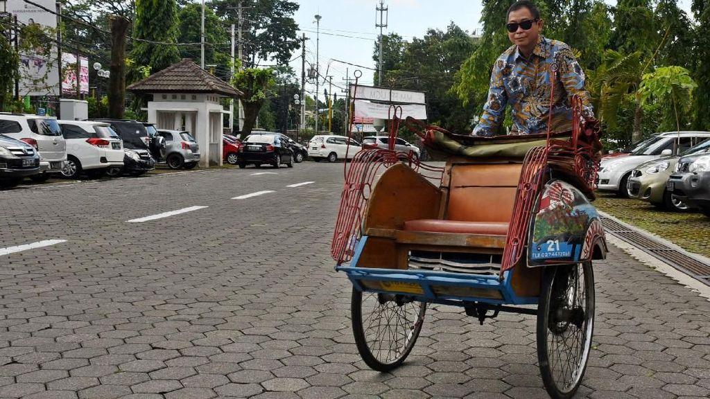 Gaya Jonan Jajal Becak Listrik di Yogyakarta
